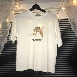 Superfin t-shirt köpt på pull&bear. Säljer då den inte kommer till någon användning. Storlek S men skulle passa M bra också då den är lite oversized. Pris är inkl. frakt!