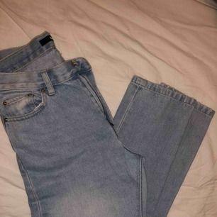 Skitsnygga jeans från bikbok. Jeansen har en rak modell och sitter alltså tajt på låren och rumpan men inte på smalbenen. Älskar älskar älskar femhörningar byxorna men dem har tyvärr blivit försmå för mig. Priset är prutbart vid snabb affär