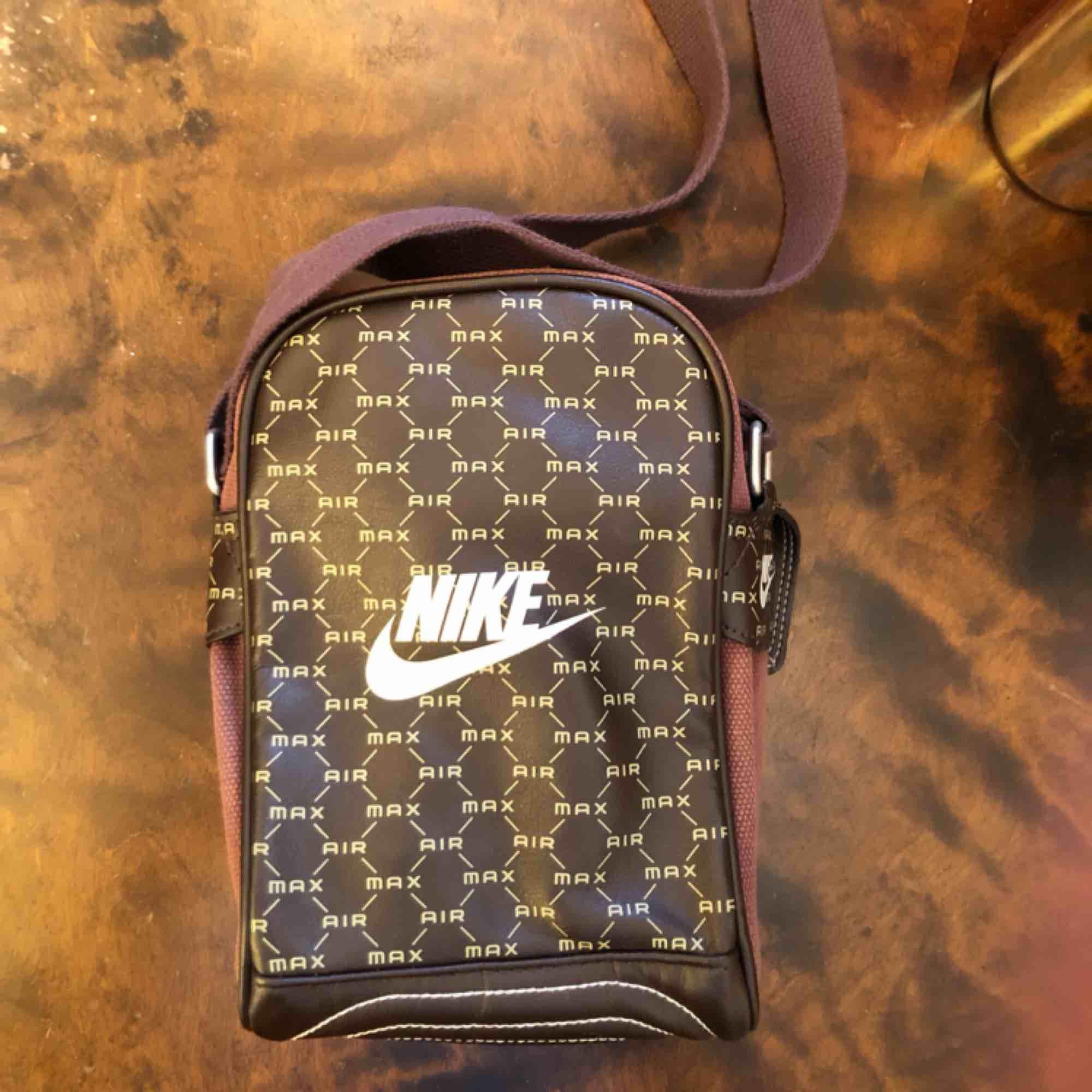 Nike axelväska. Nästan helt oanvänd! . Accessoarer.