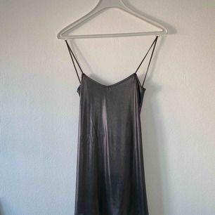 ASOS silver/metall klänning. Ska passa till dig som är inte längre än 165 cm. Möter upp i Nyköping eller Stockholm, annars står köparen för frakt