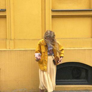Supergullig gul midjekjol, köpt i en vintage butik i Paris!✨⭐️💫 Kjolen har resor i midjan, så går att anpassa efter storlek. Kan mötas upp i Stockholm, eller frakta mot fraktkostnad.