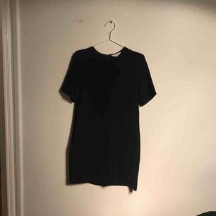 Enkel jättefin klänning från & other stories. Kortärmad och med fickor. Passar för alla tillfällen men är tyvärr lite för liten för mig som är närmre 38 i storlek.