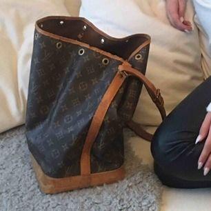 Louis Vuitton noe stor säljes. Använder den inte längre men en otroligt bra och snygg väska! ÄKTHETSBEVIS FINNS!   Obs! Lädersnöre till att knyta med saknas! Missfärgningar på väskan finns, hör av dig om du vill ha fler detaljerade bilder.