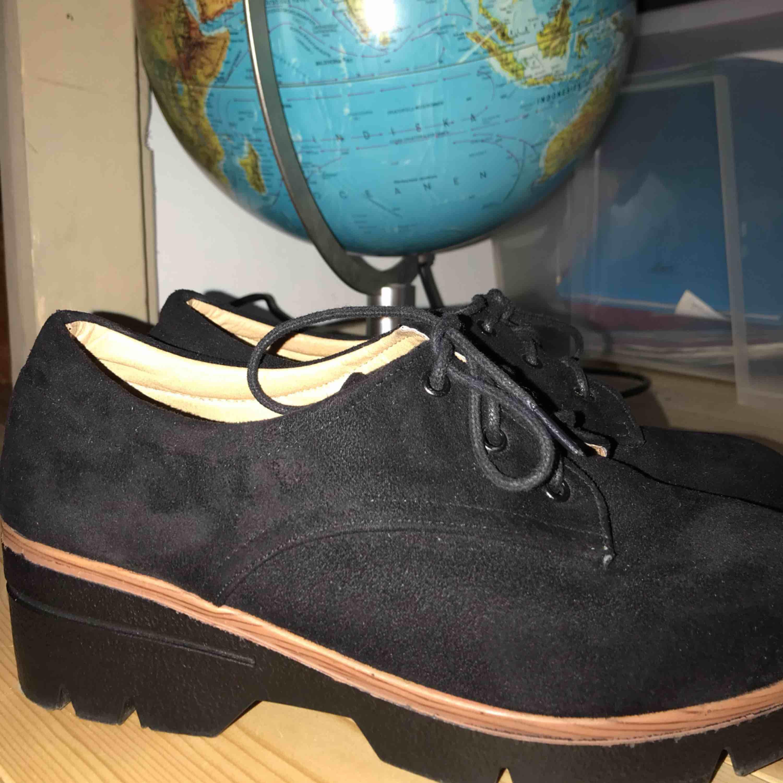 Suuuper snygga skor som är köpta här på plick! Tyvärr var dom ej min storlek men passar någon som har 38 perfekt :) Super fint skick, endast prövade 👍🏼. Skor.