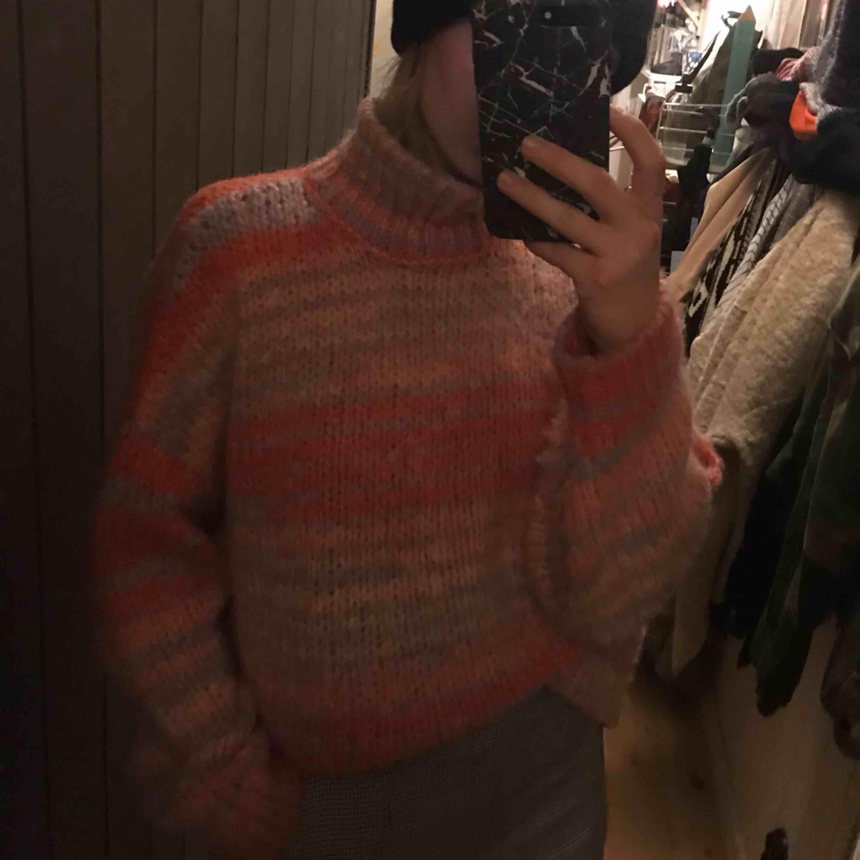 Jättefin stickad tröja från asos. Den är knappt använd men skriv om ni vill ha mer info 👍🏼👍🏼👍🏼. Huvtröjor & Träningströjor.