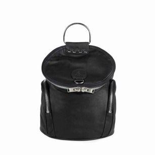 Unif väska/ryggsäck, 100% vegansk läder, perfekt skick. Möter upp i Nyköping eller Stockholm, annars står köparen för frakt