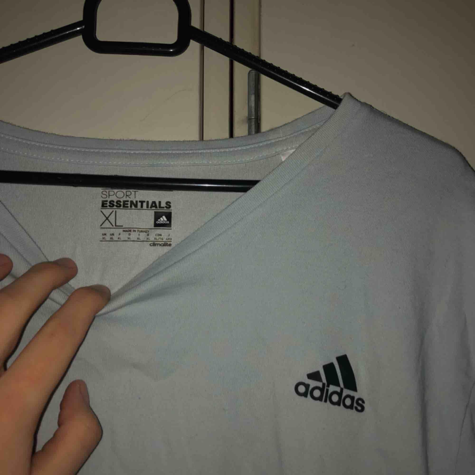 skitnice stor adidas tisha!! använt som klänning dock (kort.) va vit från början men blev missfärgad i tvätten så nu e den duvblå/ljusgrå typ. skitsnyggt!. T-shirts.