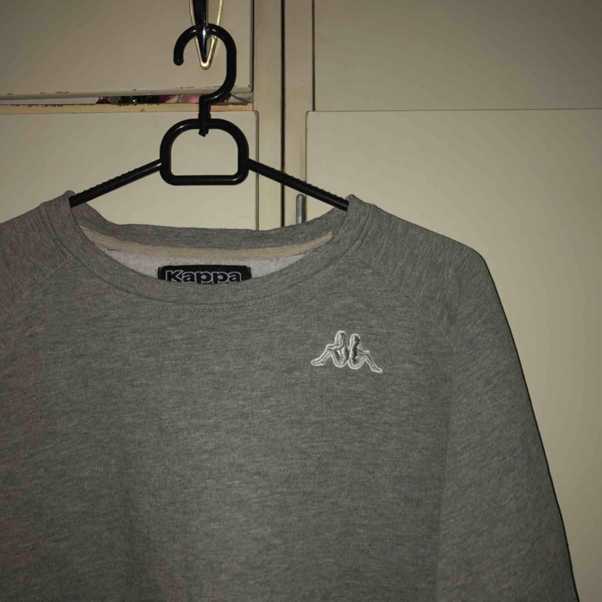 jättefin kappa tröja! märkt med L men e snarare en S/M. sitter lite stort på mig som e en small 💖. Huvtröjor & Träningströjor.