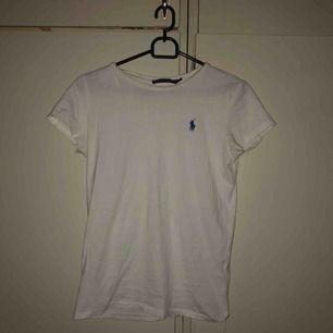 fin t-shirt från ralph lauren. vit med blå häst