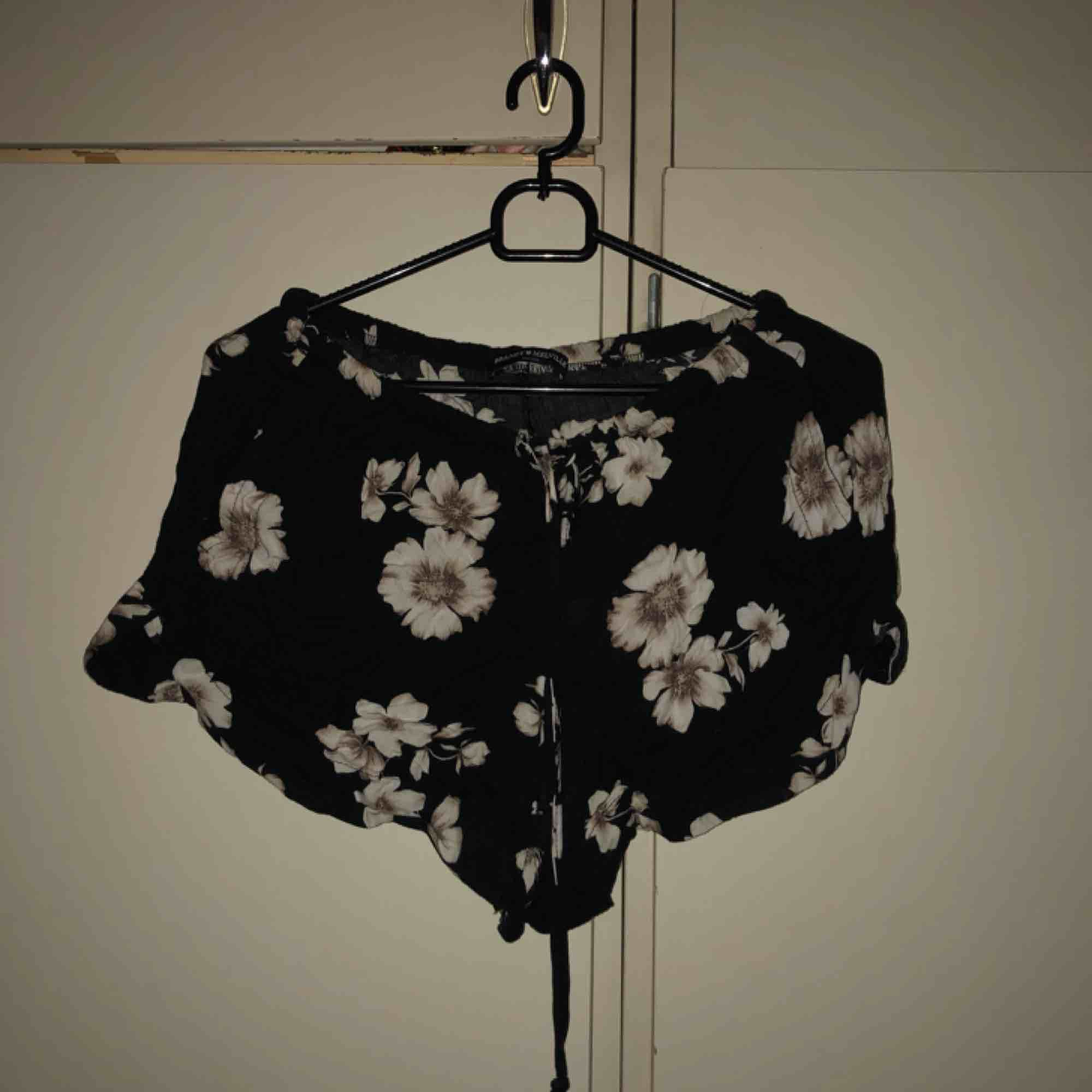 suuuperfina tunna shorts från brandy melville! mörkgråa med vita blommor på. one size men sitter bra på mig som har S. Shorts.