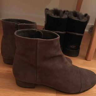 Snygga mockaskor helt i nyskick!!  Storlek 39 men råkade köpa fel storlek tyvär Världens snyggaste skor!!  Paketpris vid köp av fler av mina saker Kan skickas