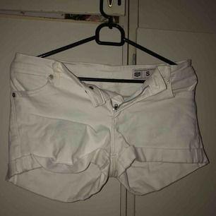 skitsnygga vita shorts från crocker. lite lägre i modellen å sitter som en smäck på mig som har S