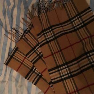 Snygg halsduk i superfint skick Paketpris vid köp av fler av mina saker Kan skickas