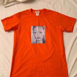 Neon orange t shirt. Oanvänd. Möter upp i Nyköping eller Stockholm, annars står köparen för frakt (59kr)