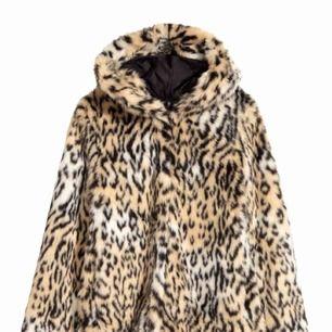Säljer en super trendig leopard jacka från H&M som är i super skick använd max 3 gånger. Kommer tyvärr inte till användning längre.