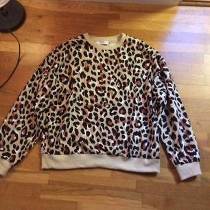 Leopardtröja i sweatshirtmodell. Ny, endast provad 1 gång men var för kort för min smak :/ priset är inkl frakt, skickas endast 🌷
