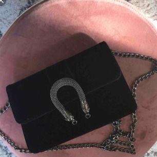 Väska från Gina tricot. Använd men i fint skick. Priset är inkl. frakt!