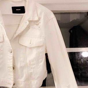 Säljer en vit jeansjacka ifrån bik bok. Använder den aldrig & därför vill jag sälja denna. Köpt   för 500, säljes för 200 + frakt