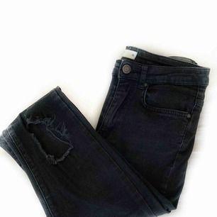Superfint skick! Jeans från Gina tricot med slitningar på knäna. 80kr+ frakt 😊 passar en storlek S