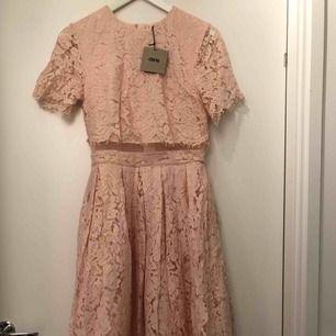 Helt ny asos knälång klänning. Puder rosa afternoon tea klänning i spets men som funkar minst lika bra till balen. Passar mig som är en 34/36, nypris ca 800kr. Frakten betalar köparen✨