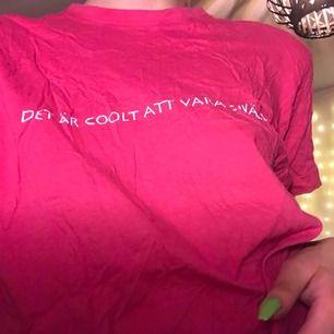 """T-shirt med """"det är coolt att vara snäll"""" tryck."""
