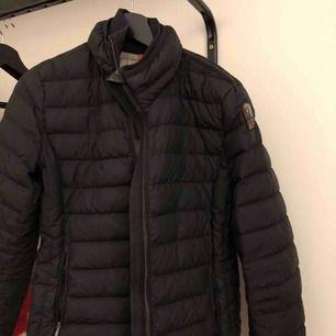 Säljer min parajumper jacka i storlek M. Den är i användt skick därför säljs den billigt.
