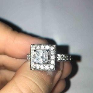 Jätte fin ring, inget saknas. Tror det är äkta silver, ska ta reda på det. Men fråga gärna så jag inte glömmer😊. Frakt 9kr