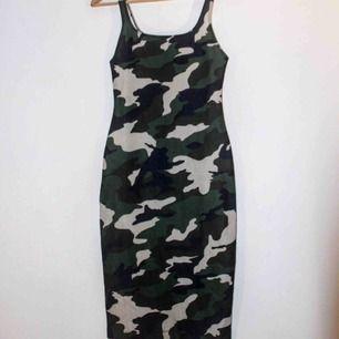 Skitsnygg figursydd midi dress med camouflagemönster. Från Zara.