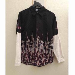 Säljer en sjukt nice skjorta med flames, tribal dragon mönster. Inköpt på Humana second hand! frakt 35kr