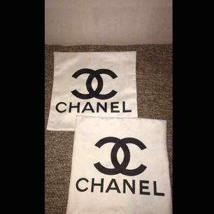 Ett par Chanel kuddfodral , båda två för 250kr. Kan frakta dem. Inga fläckar på dem!