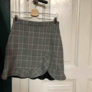 Rutig kjol med volanger från Zara, aldrig använd!