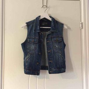 Jeans väst - aldrig använd. Köpare står för frakt :)