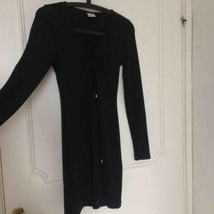 Svart klänning från Gina tricot med snöring, möts upp i Uppsala annars står köparen för frakten som går på 39kr!