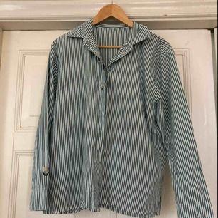 Jättefin randig skjorta med fina detaljer!  Faller fint på