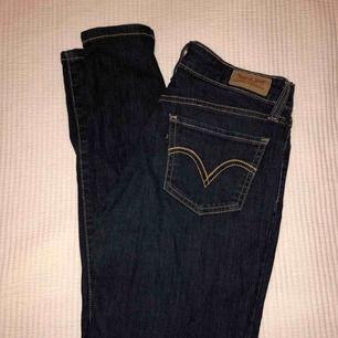 Tajta Levis stretchiga i jeans material Mörkblå tvätt Superfint skick