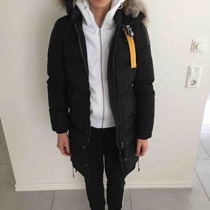 Parajumpers svart vinter jacka i modellen longbear köpt ifrån Jackie. Jackan är i jätte bra skick har används få gånger eftersom har köpt en annan jacka. Pris kan diskuteras vid snabb affär, den finns i Eskilstuna, Örebro , Södertälje och Göteborg.