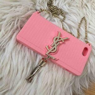 Superfint mobilskal från YSL i rosa färg. Passar iPhone 5s