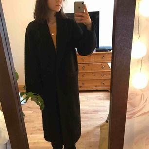 Lång kappa från Monki. Stor i storleken. Nopprig. Frakt: 105 kr!