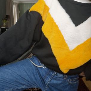 Mjuk tröja i sweatshirt-material med pälsdetaljer. Använd ett fåtal gånger så är i princip ny.