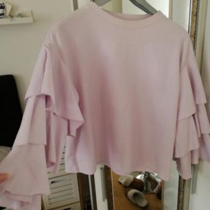 Jätte fin och stilren tröja med fina detaljer på armarna! Säljes billigt och passar perfekt till våren.