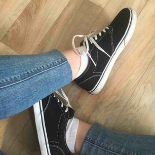Svarta skor ifrån Vans. Storlek 36. Knappt använda, och ser näst intill nya ut. Betalning sker via swish och köparen står för fraktkostnaden.  Nypris: 700kr Mitt pris: 200kr