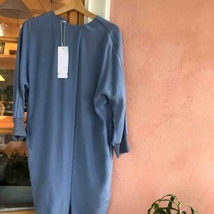 Helt oanvänd Eskada klänning i storlek 36. Pris är inklusive frakt. Nypris : 3450 kr.  Kan mötas upp i Helsingborgs trakten eller posta!