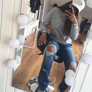 Jeans från Zara i väldigt bra skick, säljer dessa för 150kr Säljer även kepsen för 200kr