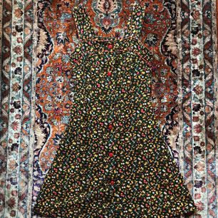 Liten blommig klänning köpt 2-hand. Nästan aldrig använd pga för liten. Står att det är strl.38 men skulle snarare säga 34. Två knappar saknas  Fri frakt💌