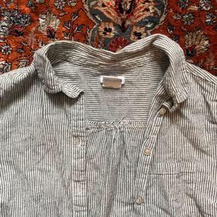 Randig bomullsskjorta köpt 2 hand. Lite sliten men inte trasig någonstans. Står strl.S men är mer som en XS  Fri frakt💌