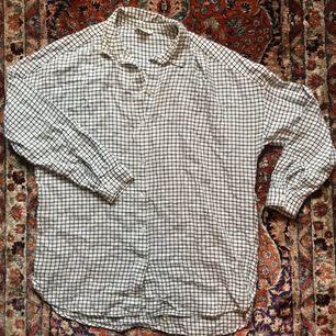 Rutig skjorta från Monki. Köpt på plick men tyvärr inte använt den så säljer den igen.  Fri frakt💌