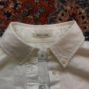 Vit bomullskjorta från Gant. Använd endast ett fåtal gånger.  Fri frakt💌