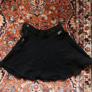 Svart kjol från Dr. Denim, lite stretching i tyget   Fri frakt💌