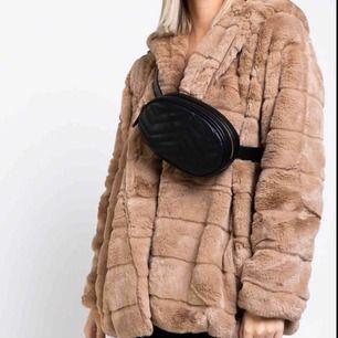 Säljer min Faux fur jacka köpt ifrån madlady,aldrig använd! Säljes för 550+92 kr frakt! Nypris 800kr