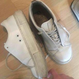 Eytys i använt skick. Ett skosnöre behöver bytas ut. Då de är i skinn går de alltid att putsa upp lite, absolut användbara!!